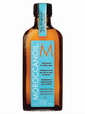 La aplicación del aceite de sésamo para los cabellos